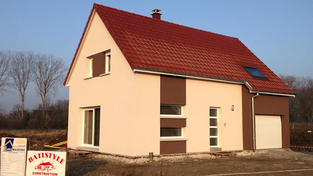 Une maison EUROMAISONS neuve, fonctionnelle avec le garage intégré
